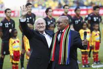 Sepp Blatter (stanga), alaturi de presedintele Africii de Sud, Jacob Zuma