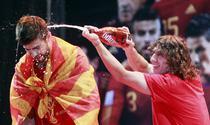Gerard Pique, stropit cu bere de Carles Puyol