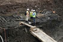 Arheologii examineaza nava de lemn gasita pe santierul WTC
