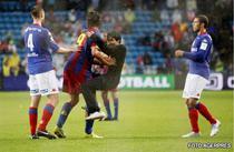 Ibrahimovic, imbratisat de un suporter