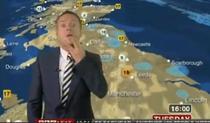 Prezentatorul meteo incearca sa isi mascheze gestul