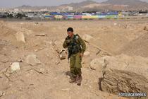 Un soldat israelian examineaza locul atacului