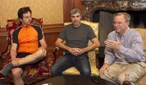 Sergey Brin (stanga) si Larry Page (centru), alaturi de Eric Schmidt, CEO Google