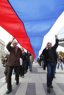 Participanti poarta tricolorul imens prin Moscova de Ziua Drapelului
