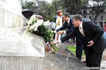 Mihai Ghimpu si Vlad Filat depun flori la monumentul lui Stefan cel Mare din Chisinau, de Ziua Limbii Romane