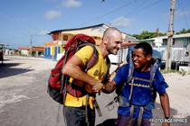 Ed Stafford si Cho ajung pe plaja Marapanim din Brazilia, dupa 859 de zile