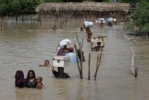 Evacuari din calea inundatiilor din Pakistan