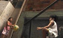 Copilaria in spatele blocului