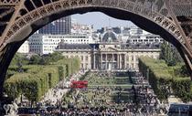 Parisul vazut din scaun cu rotile