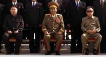 Kim Jong-Un (stanga), mezinul liderului nord-coreean Kim Jong-Il (dreapta)