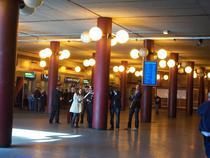Locul agresiunii, politisti si jurnalisti in fata ghiseului de bilete