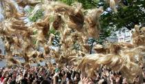 femeile din Tokyo isi arunca perucile in cadrul unui eveniment promotional din 2005