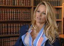 Pamela Anderson, inconjurata de carti