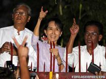 Aung San Suu Kyi (in mijloc)