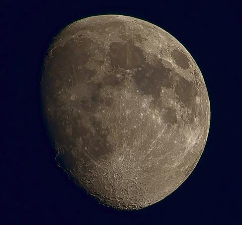 Luna ca o BILA D OTEL