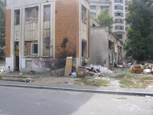 Cladirea unde au fost surprinsi maidanezii la siesta se afla in spatele Ministerului de Justitie
