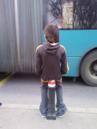 DE cand astept autobuzul cred ca mi-a intrat ceva...ce sa fie ?