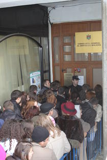 Alegatorii moldoveni, la coada la Consulatul R. Moldova din Iasi