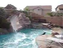 Cum acapareaza un doberman piscina