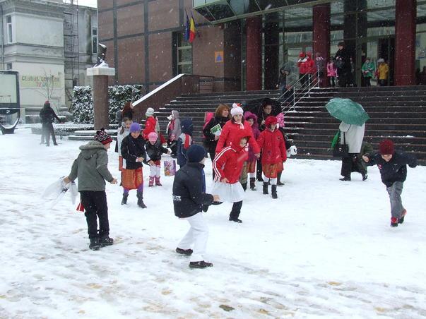 Copii bucurându-se de zăpadă!