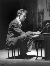 John Cage, cantand la un pian de jucarie