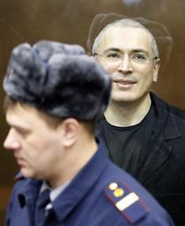 Mihail Hodorkovski, pazit de un gardian in sala de judecata