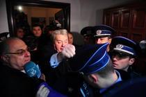 Vadim, smulgindu-i sapca unui politist