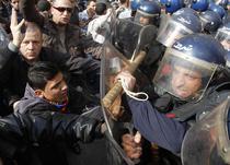 Ciocniri intre protestatari si fortele de ordine in Alger