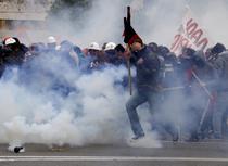 Fortele de ordine folosesc gaze lacrimogene impotriva protestatarilor