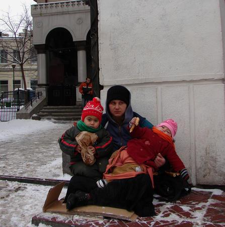 Mama cu doi copii mici cerseste la Unirii