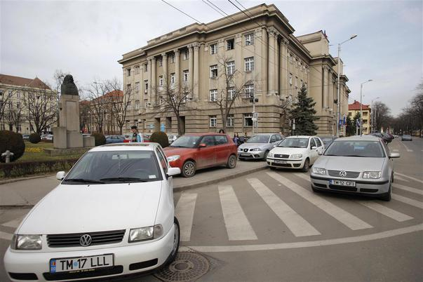 masini parcate langa Prefectura Judetului Timis