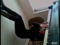 Un mod neobisnuit de a canta la pian