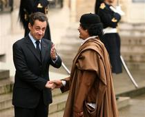 Muammar Gaddafi si Nicolas Sarkozy la palatul Elysee