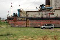 Una din navele distruse de tsunami