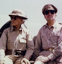 Generalul MacArthur purtand ochelari Ray-Ban
