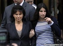 Anne Sinclair (stanga) si Camille Strauss-Kahn parasind tribunalul