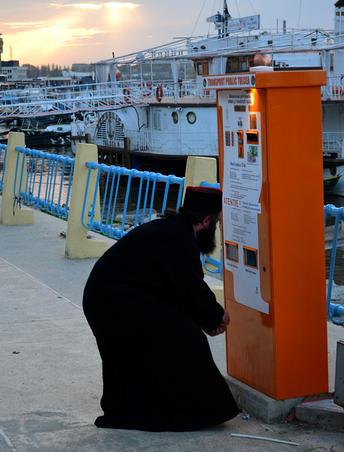 Calugar la automatul de bilete