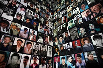 Portretele victimelor masacrului de la Srebrenica, prezentate in anul 2005 in timpul unei comemorari, la Tuzla, Bosnia