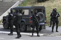 Jandarmi sarbi in fata tribunalului din Belgrad