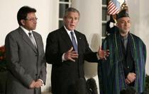 George W. Bush, Pervez Musharraf si Hamid Karzai, in timpul unei intalniri oficiale la Casa Alba
