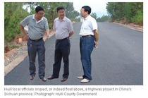 Oficiali chinezi inspecteaza un drum