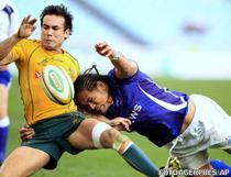 Australianul Davies (stanga), blocat de Tuilagi: Samoa castiga la Sidney