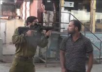Ofiter israelian, amenintand un barbat palestinian neinarmat