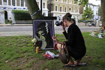 Locuinta lui Amy Winehouse, la o zi dupa tragedie (Sursa foto: Reuters)