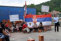 Sarbi din nordul Kosovo, in fata unei baricade