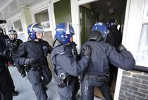 Politia britanica descinde in casele huliganilor
