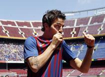 Fabregas saruta emblema Barcelonei