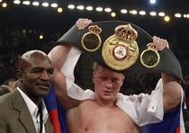 Povetkin, campion mondial WBA, alaturi de fostul campion Holyfield