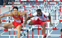 Dayron Robles (dreapta) il incomodeaza pe Liu Xiang