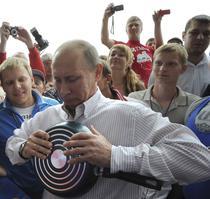 Vladimir Putin, incearcand sa indoaie o tigaie